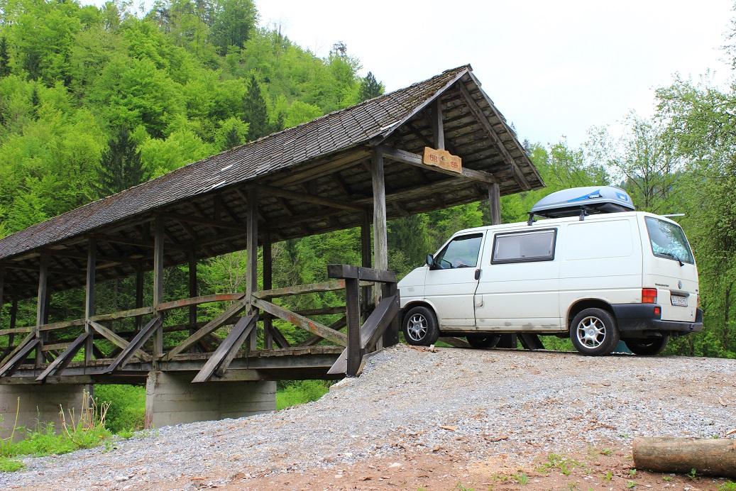 An einer kleinen Brücke über die Poljanska Sora